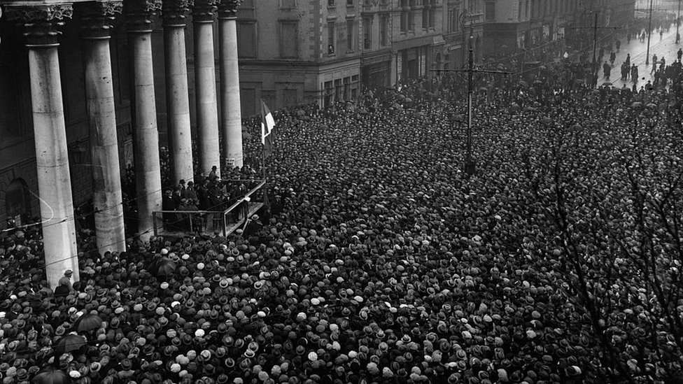 Después de firmar el Tratado anglo-irlandés que estableció el Estado Libre, el líder del Sinn Fein Michael Collins se dirigió a la multitud en Dublín.