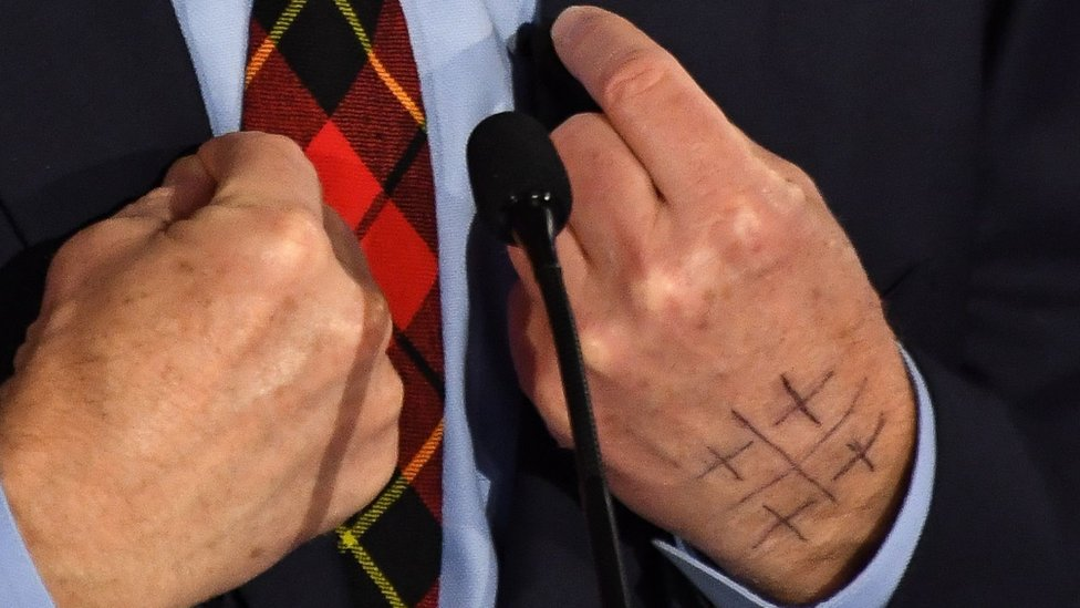 Las manos de Tom Steyer en el debate demócrata del martes 14 de enero