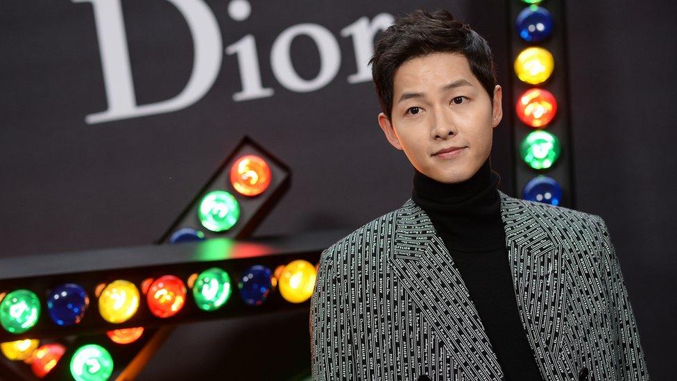 20 JANUARI: Song Joong-ki menghadiri acara Dior Homme Menswear Fall / Winter 2018-2019 sebagai bagian dari Paris Fashion Week di Grand Palais pada 20 Januari 2018 di Paris, Prancis
