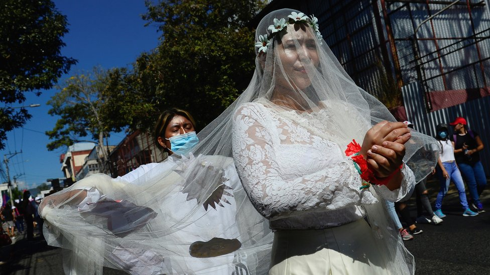 Дайджест: скандальное интервью Меган и Гарри; запрещенные марши в Международный женский день