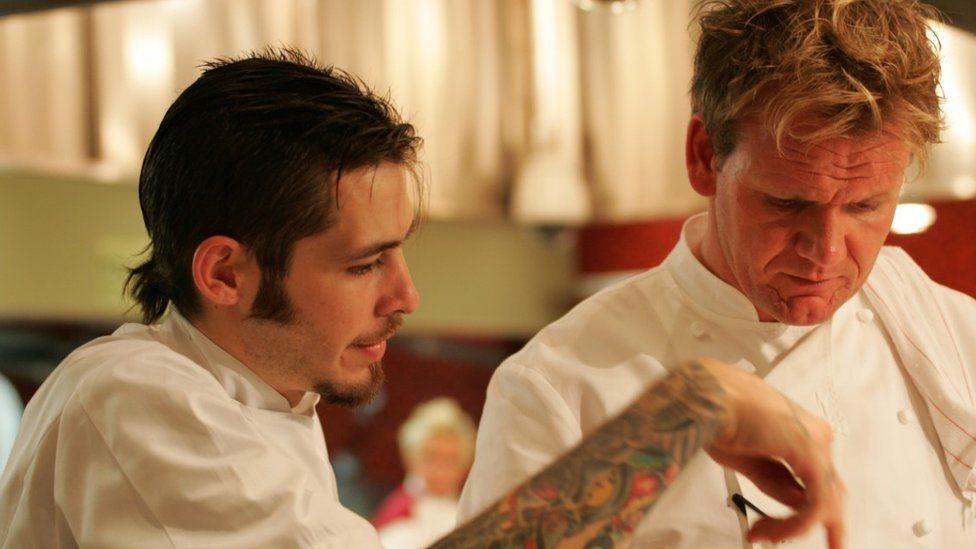 Michael y Gordon Ramsey durante la final de Hell's Kitchen.