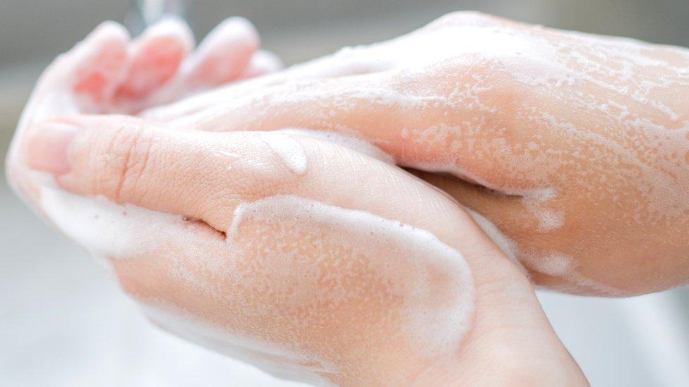 Alguien lavándose las manos.