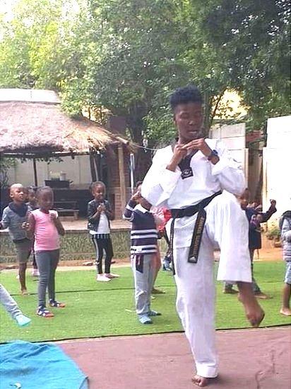 Abueng Sekgwelea dá uma aula de taekwondo para crianças
