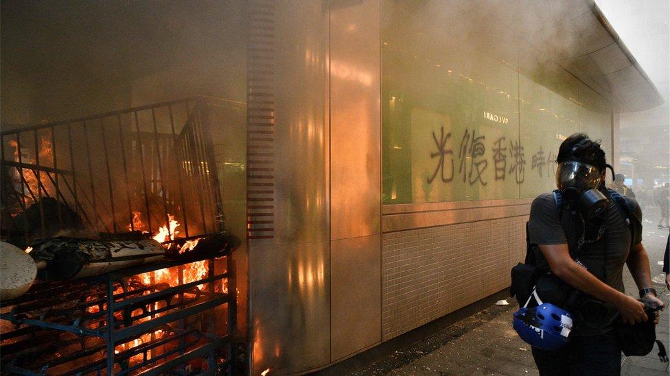9月8日,中環地鐵站外遭示威者縱火。