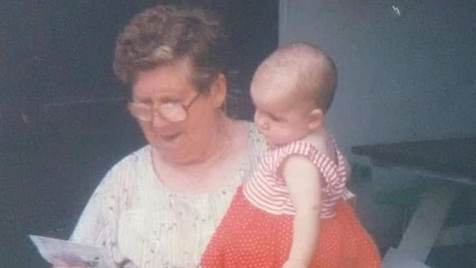 Alita Porto Reis con su nieta Samanta, cuando la menor era aún bebé.