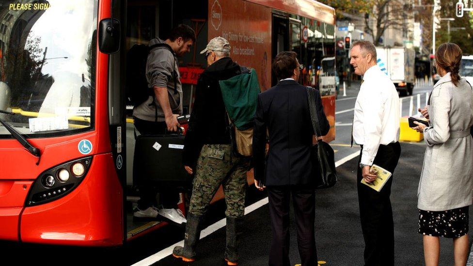 Ljudi ulaze u autobus u Ouklandu
