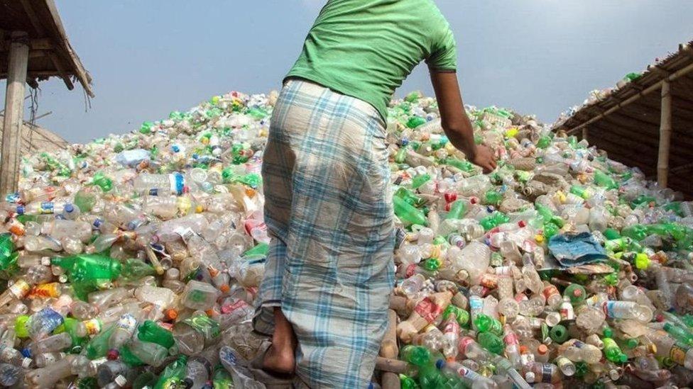 اكوام من العبوات البلاستيكية