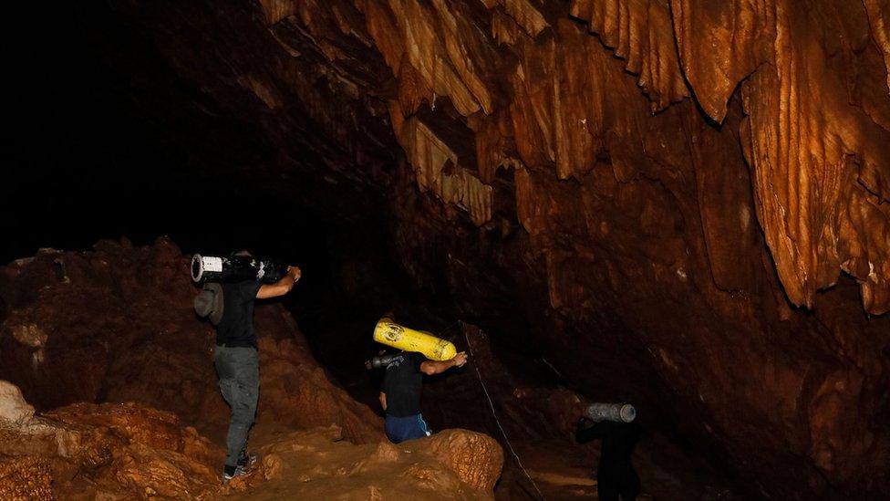Los rescatistas llevaron tanques de oxigeno dentro de la cueva