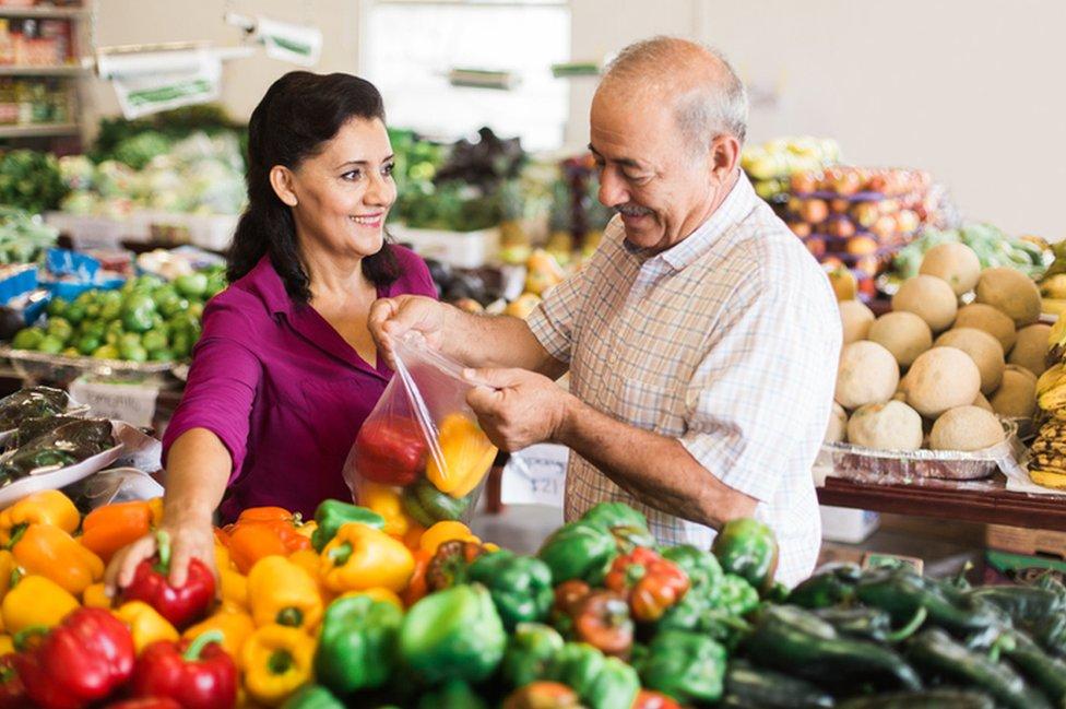 Mujer y hombre en mercado.