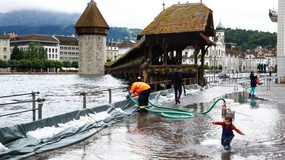حاجز متنقل لصد الأمواج قام السكان بوضعه على ساحل مدينة لوكيرن السويسرية