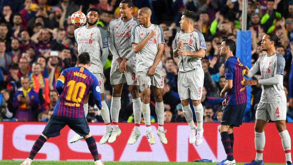 El balón sortea de forma milimétrica la barrera de los jugadores del Liverpool.