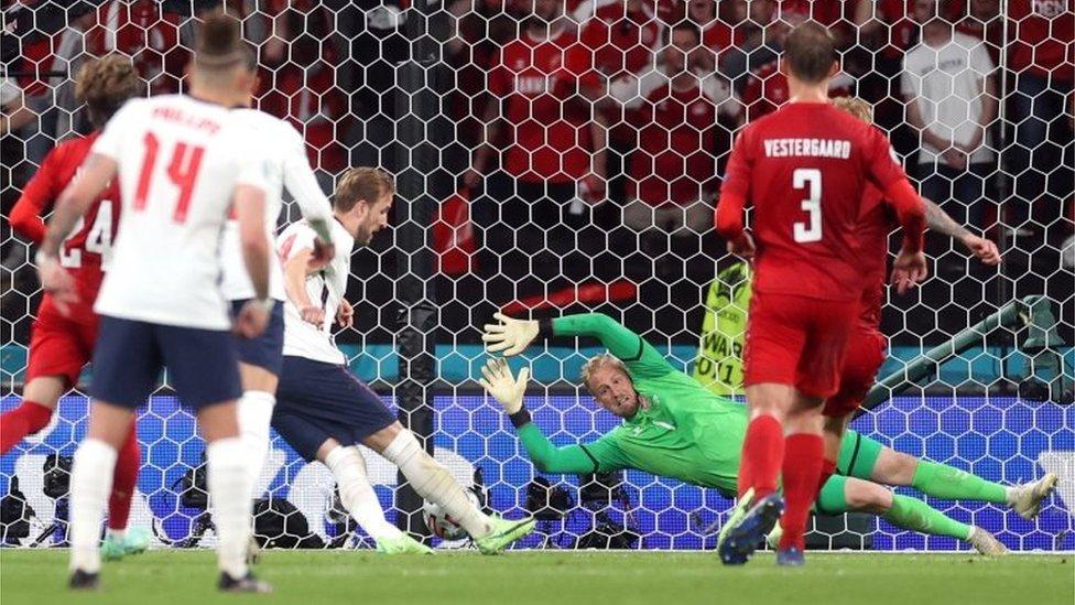 Kane ejecuta un penalti ante Schmeichel