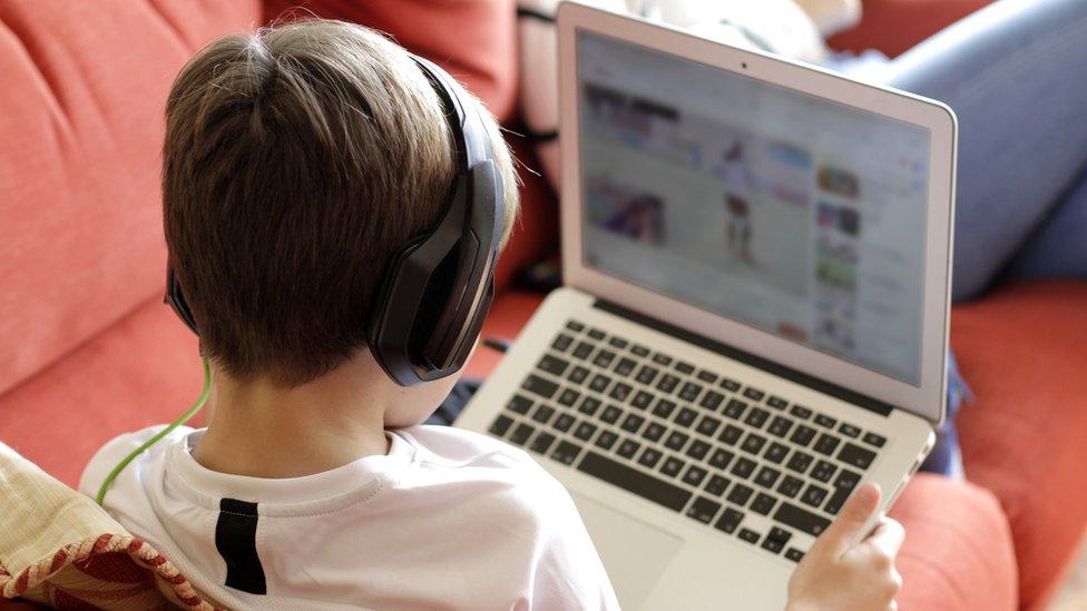 niño usando una pantalla
