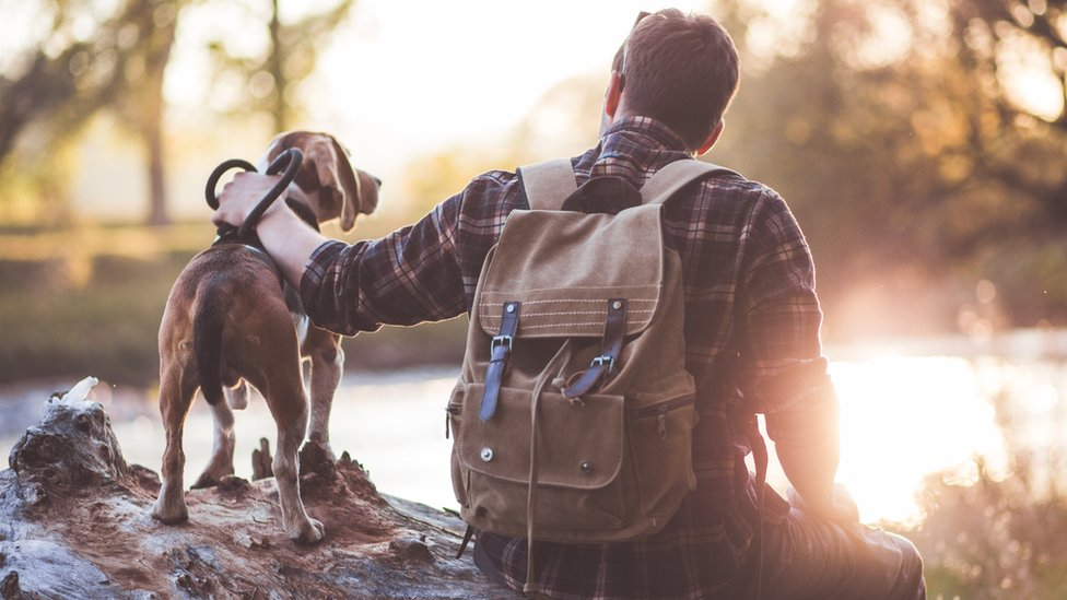 Un hombre con un perro