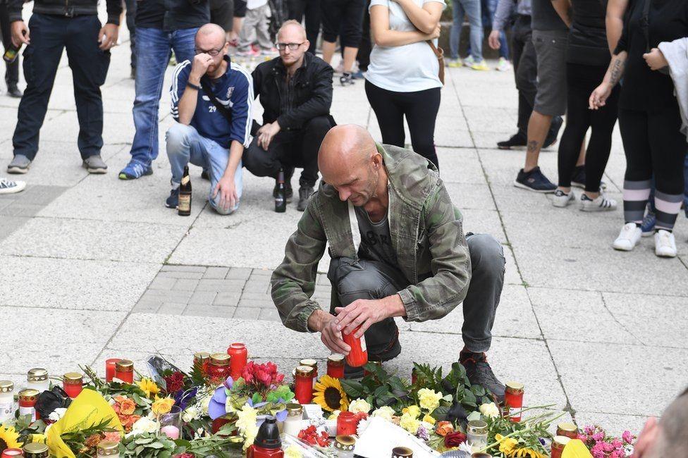 زهور وشموع للضحية بعد يوم من قتله