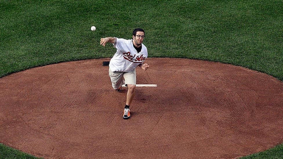 غريغ مرسون ينفذ الرمية الاحتفالية في مباراة بيسبول في الولايات المتحدة