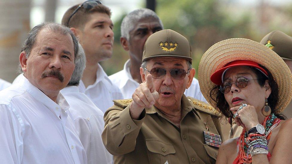 Ortega y Murillo junto a Raúl Castro.