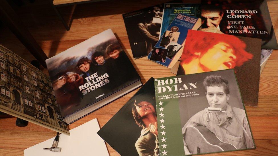 Discos y libros en la casa de Yordano di Marzo.