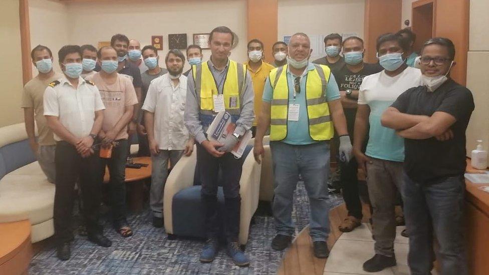 Representantes de la Federación Internacional de Trabajadores del Transporte con 16 de los tripulantes