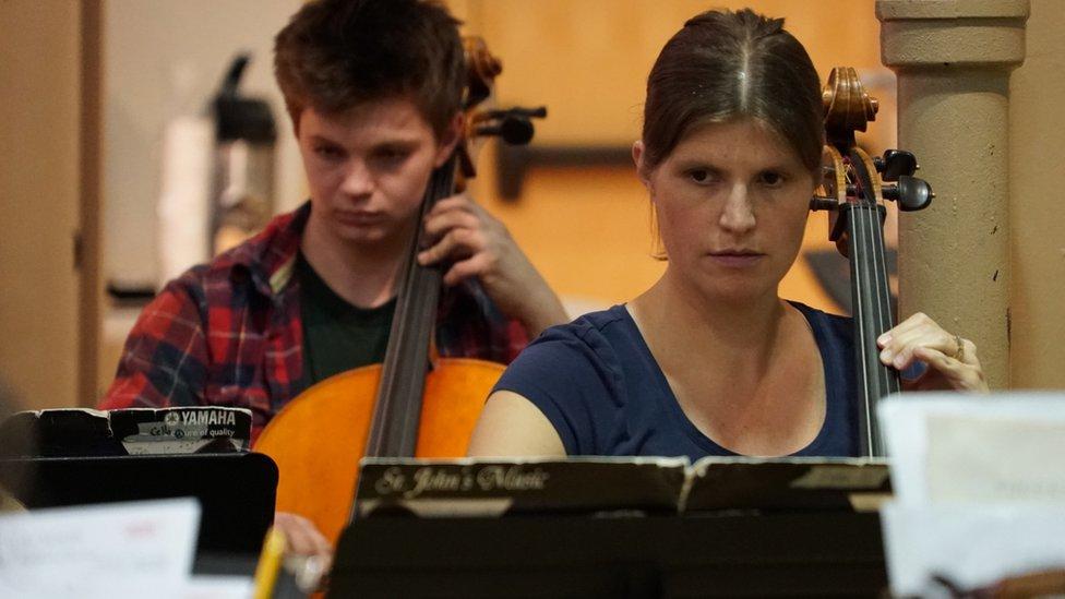 Genevieve Schirm-Joyce en una práctica de chelo