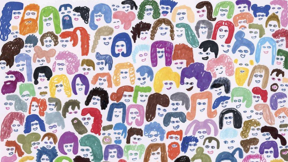 Dezenas de cabeças de pessoas, em diferentes formatos e cores, desenhadas com traços infantis