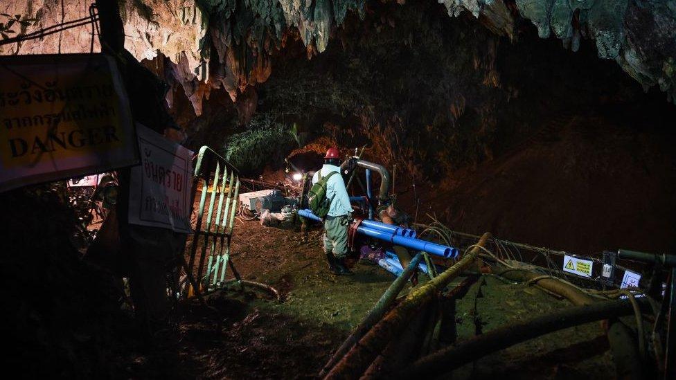 Millones de litros de agua han sido drenados de las cavernas para facilitar el rescate.