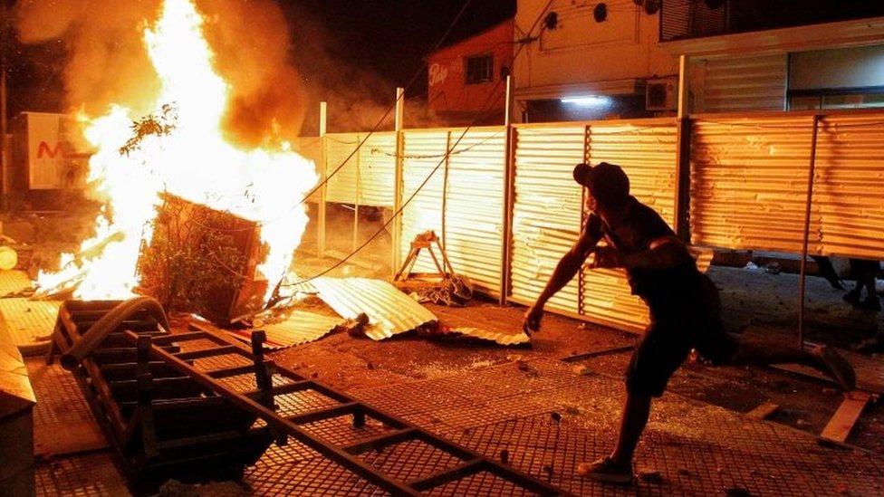 Un hombre durante la violencia vivida en Asunción.