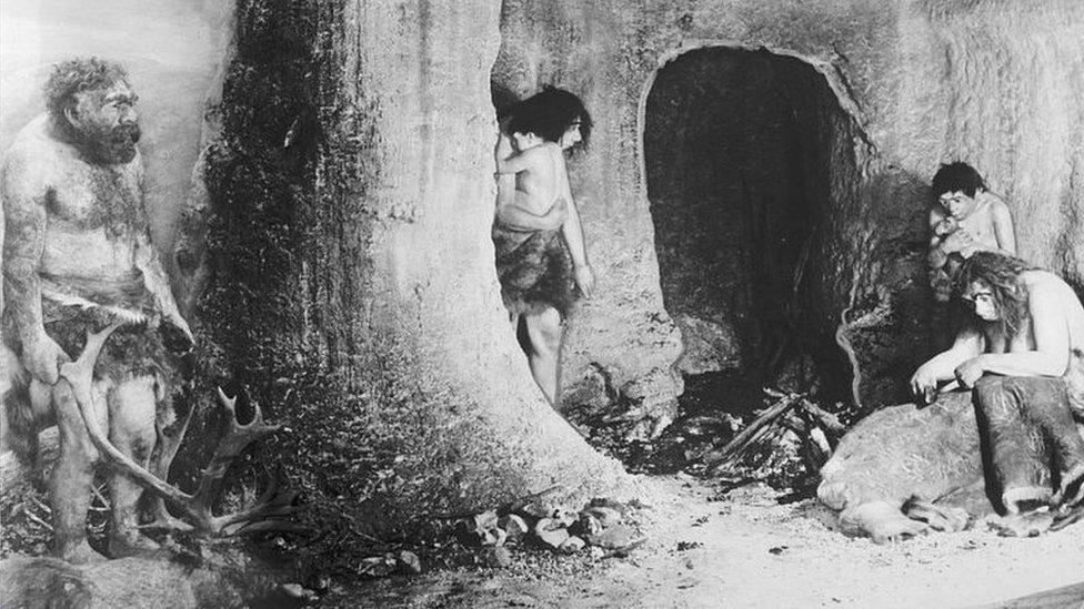 Grupo de neandertales en una cueva