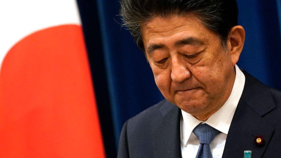Abe durante su renuncia este viernes.