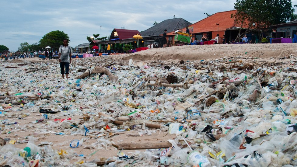 plaža sa plastičnim otpadom na Baliju