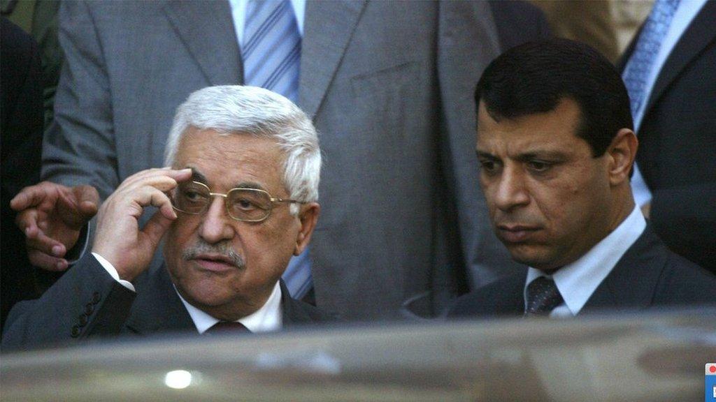 صورة قديمة القيادي الفلسطيني محمد دحلان والرئيس الفلسطيني محمود عباس