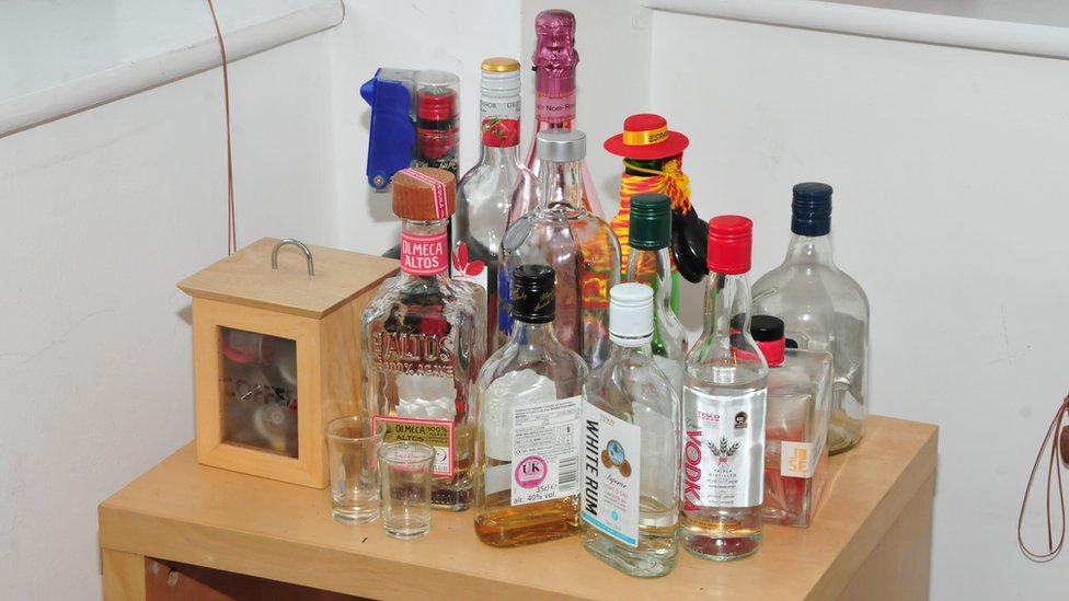 Minuman keras di apartemen Reynhard.