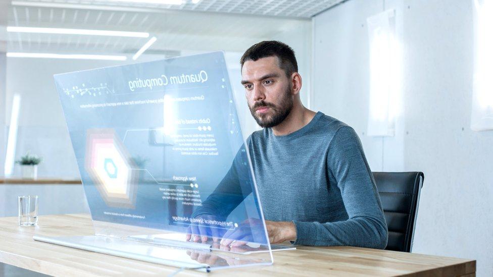 Hombre frente a computadora.