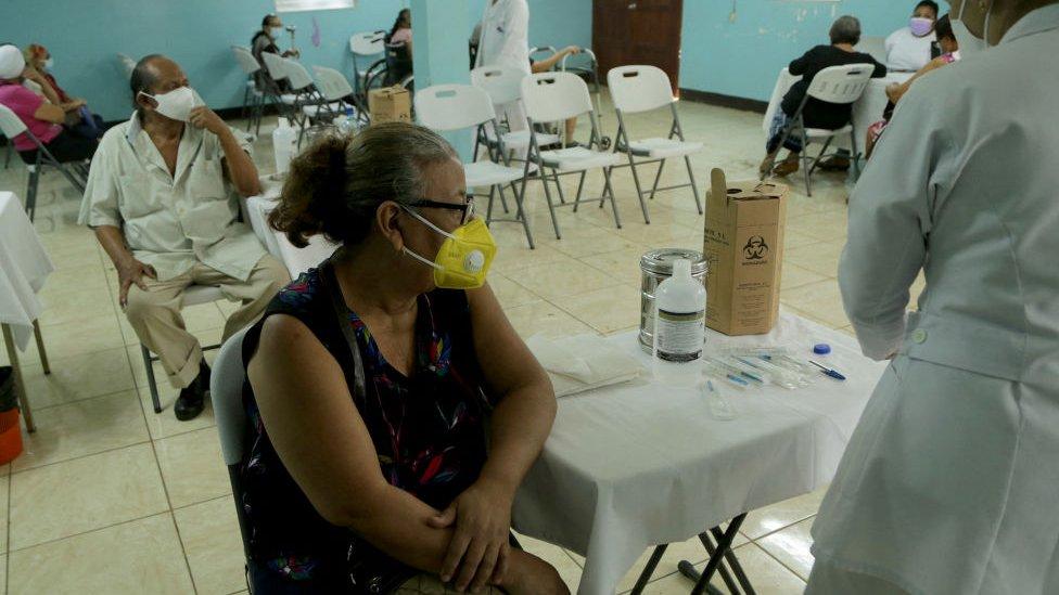 Mulher espera para ser vacina na Nicarágua em abril