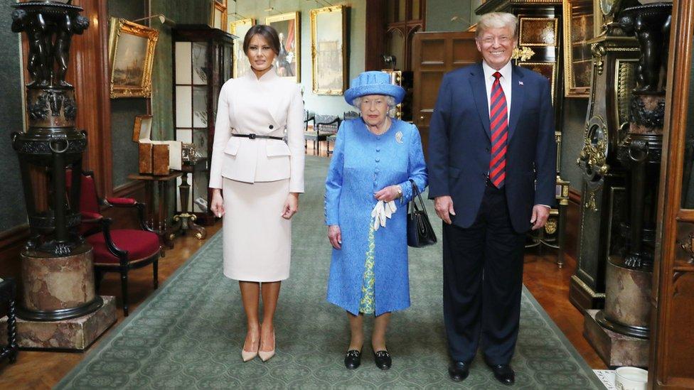 2018年,特朗普和妻子梅拉尼婭(Melania)在溫莎城堡(Windsor Castle)會見英國女王。