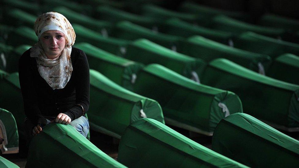 Bosniйskaя musulьmanka rяdom s grobami žertv genocida v Srebrenice nakanune ih perezahoroneniя, 2010 god