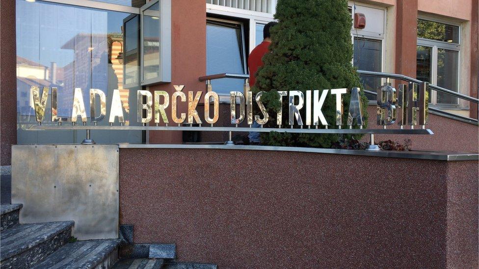 Natpis Vlada Brčko Distrikta ispred ulaza u vladu