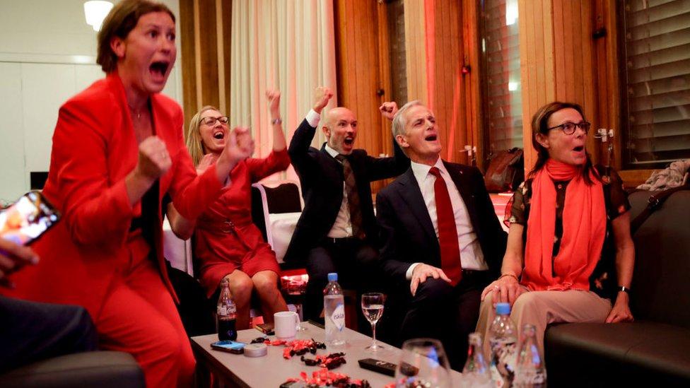 Laboristas noruegos celebrando.