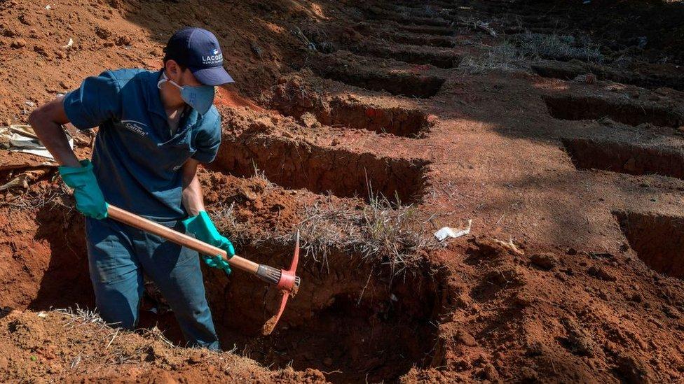 شخص يحفر قبرا
