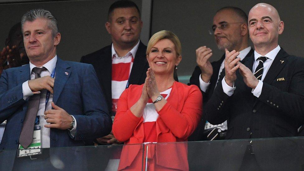 La leyenda del fútbol croata Davor Suker (izquierda) estuvo en el estadio junto a la presidenta de su país y Gianni Infantino, presidente de la FIFA.