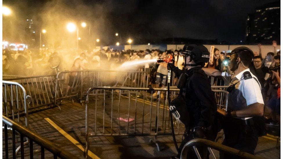 數百名示威者在遊行後,留守現場,被警方驅散。
