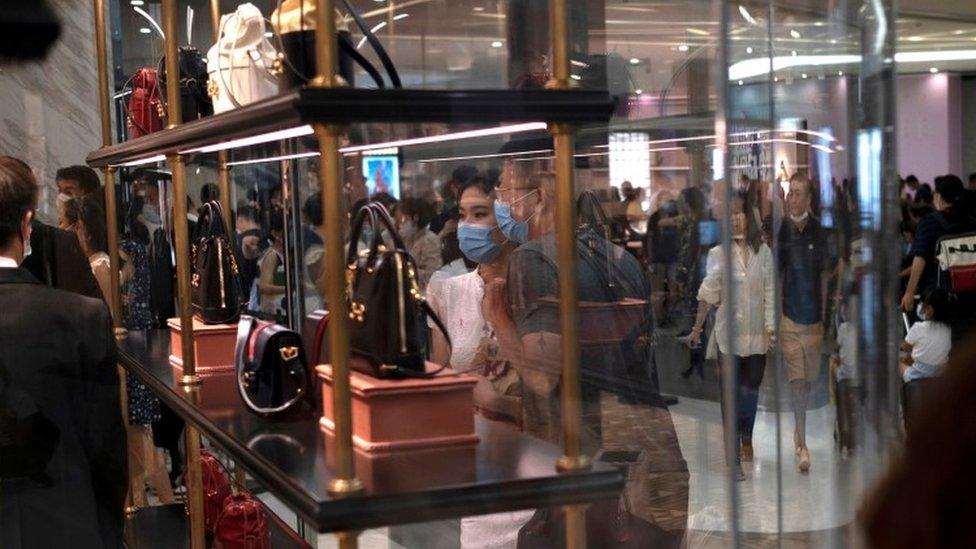 Chinos en un centro comercial de Hainan