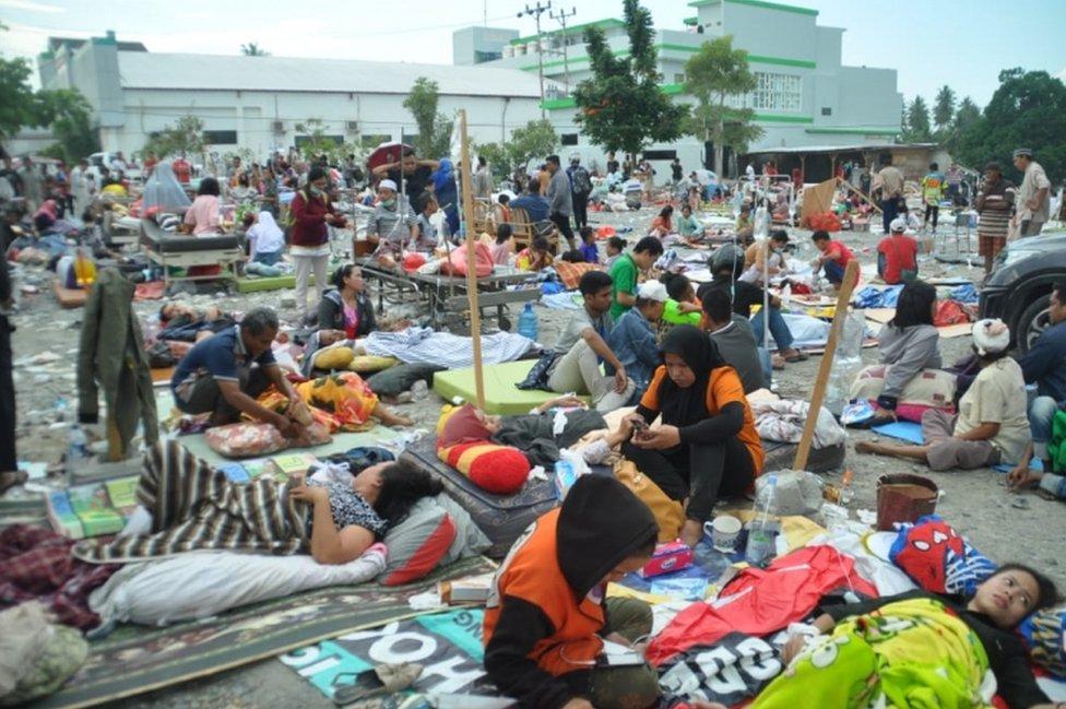 Desetine pacijenata sede i leže ispred srušene bolnice dok im medicinsko osoblje ukazuje pomoć
