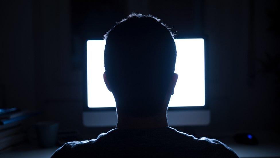 chico frente a una pantalla