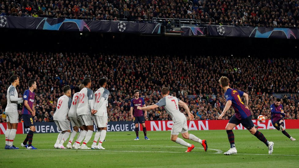 Messi le pega a la pelota en el tiro libre que supuso su gol 600.