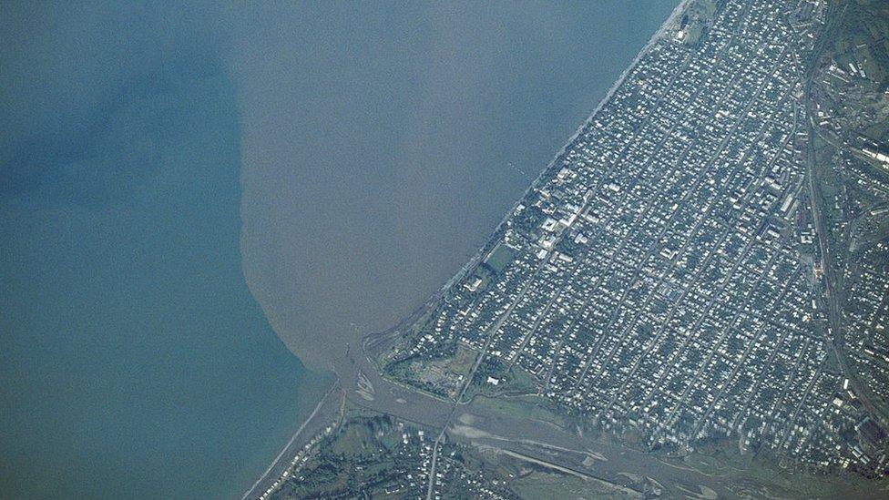 Vista aérea de la contaminación vertiendo en el mar Negro