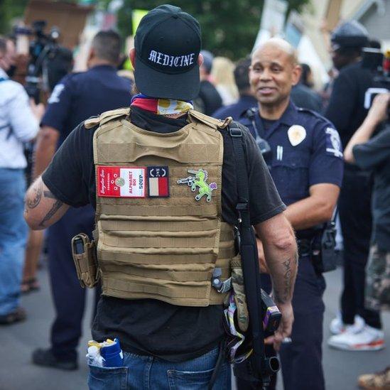 """Un miembro del movimiento """"Boogaloo"""" durante una manifestación en mayo en Carolina del Norte."""