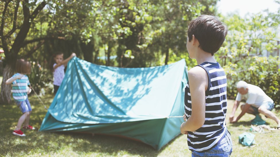 Deca se igraju u dvorištu