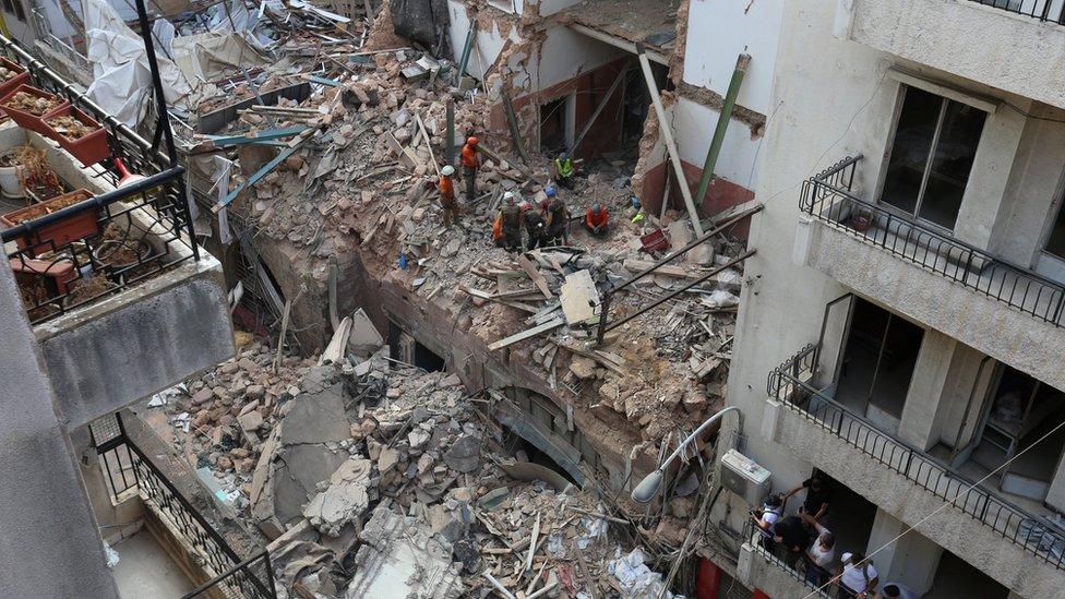 Beyrut'taki enkazda çalışan işçiler.