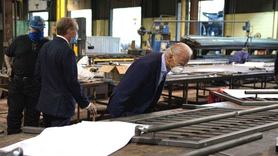 Joe Biden en una fábrica.